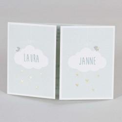 De namen van de tweeling prijken in de wolkjes van deze leuke muntgroene geboortekaart.