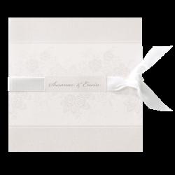 Klassieke trouwkaart in stijlvol gebroken wit met satijnen lint