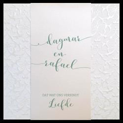 Stijlvolle trouwkaart met barokmotief in parelmoerglans en opvallend reliëf. Rond de kaart is een metallic inlegvel gewikkeld.