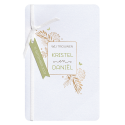Originele trouwkaart als paspoort in een moderne vorm met goudfolie