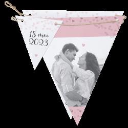 Deze super leuke vlaggetjes trouwkaart is geheel naar eigen wens vorm te geven