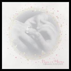 Romantische trouwkaart met parelmoerkleurige en roze hartjes in een cirkel vorm en jullie eigen foto.