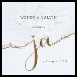 Klassieke trouwkaart met het woord ja in stijlvol goudfolie en marmeren achtergrond