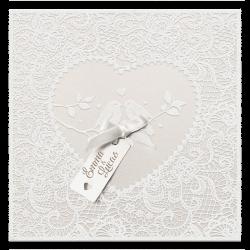 Elegante trouwkaart van parelmoer papier met suède inkt, label en luxe lint