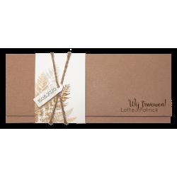 Rustieke kraft trouwkaart met aquarelhoesje en bladeren van goudfolie