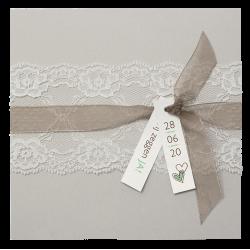Romantische trouwkaart in grijs natuurkarton met kant en satijnen lint