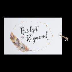 Moderne trouwkaart in 'Bohemian Style' met veermotief en leder koordje